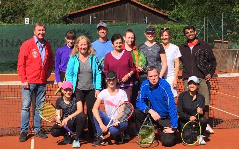 Ein Gruppenfoto des Teilnehmerfelds mit dem Turnierleiter Wolfgang