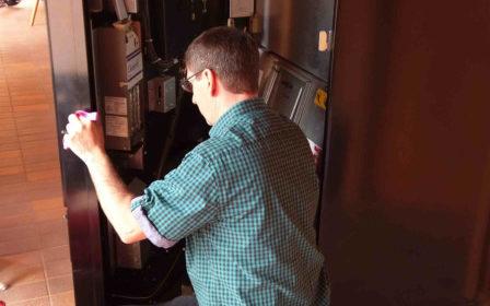 Getränkeautomat wird befüllt