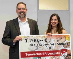 Klaus Englert übergibt bei der Main-Post eine Spende von 1200 Euro an Teresa Enke