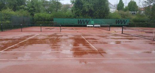 Tennisplatz im Regen